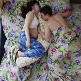Des couples de futurs parents pris en photo pendant qu'ils dorment : le résultat est trop mignon !