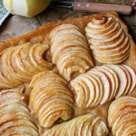 La recette de la tarte fine aux pommes avec pâte feuilletée express maison