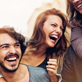 Rire avec ses amis rendrait plus heureux que de se marier ou partir en vacances