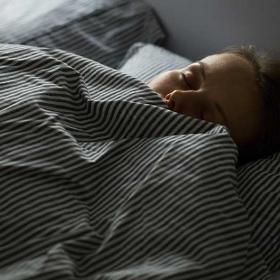 6 astuces de grand-mère naturelles mais vraiment efficaces pour mieux dormir