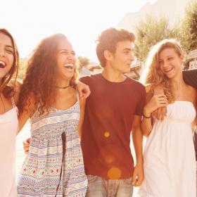 Vous aviez beaucoup d'amis quand vous étiez ado ? Bonne nouvelle : vous seriez mieux préparé à la vie de couple !