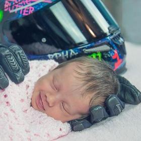 Ce bébé a souri dans son sommeil quand on lui a posé la tête sur les gants de moto de son papa décédé 1 mois avant sa naissance