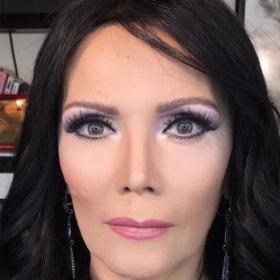 Ce styliste relooke les femmes et les fait paraître 10 ans plus jeunes en utilisant simplement du maquillage
