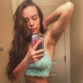 Cette blogueuse fitness a arrêté de se raser les jambes et les aisselles pendant 1 an pour vivre au naturel