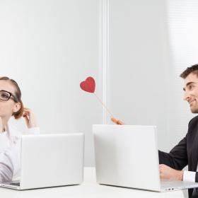 Ces couples qui se forment au travail (et les 3 conseils à connaître pour une relation amoureuse qui dure)