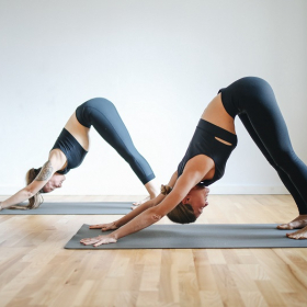 Cette posture de yoga est idéale pour soulager les jambes lourdes