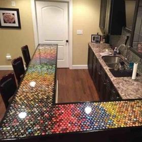 Un homme a collectionné des capsules de bouteilles pendant 5 ans pour refaire sa cuisine : voilà le résultat !