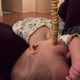 Non, ce n'est pas une blague : des papas tentent de battre le record de céréales Cheerios empilées sur le nez de leur enfant