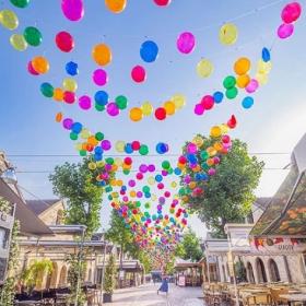 Un ciel de 3 200 ballons multicolores à découvrir à Paris pour fêter l'été