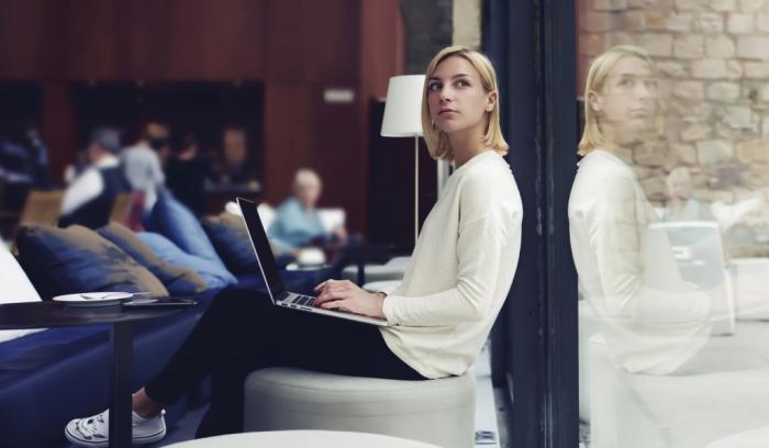 Ce que votre façon de vous asseoir révèle sur votre personnalité