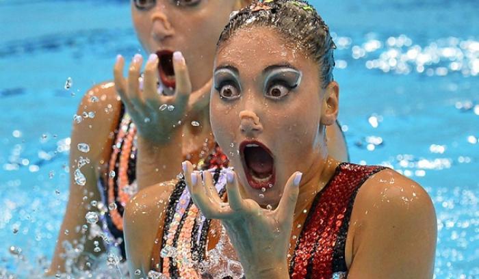 Les têtes de ces filles sur ces 16 photos de natation synchronisée vont vous faire mourir de rire