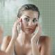 Ce massage du visage permet d'effacer les cernes,...