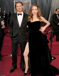 oscars angelina jolie brad pitt1 Le match improbable : la robe noire d'Angelina Jolie VS la robe blanche de Gwyneth Paltrow