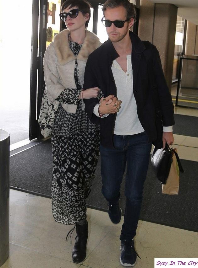 anne hathaway studio visit with eddie redmayne 03 Un look Anna Hathaway et Adam Shulman sans se ruiner