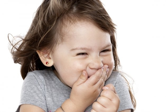 petite fille qui eclate de rire blagues fou rire Les 10 blagues pas drôles qui me font rire !