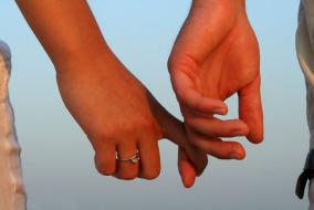 couple-qui-se-tient-la-main