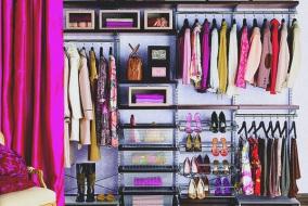 dressing-rempli-plein-de-vetement-jupe-chaussures-veste-bien-range