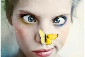 femme-papillon-jaune