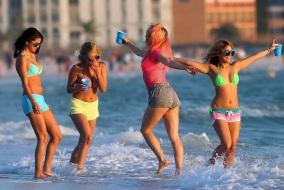 filles-bikini-dansent-sur-la-plage