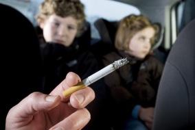 fumer-dans-la-voiture-avec-ses-enfants