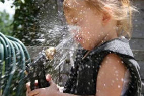 petite-fille-qui-s-aperge-le-visage-d-eau