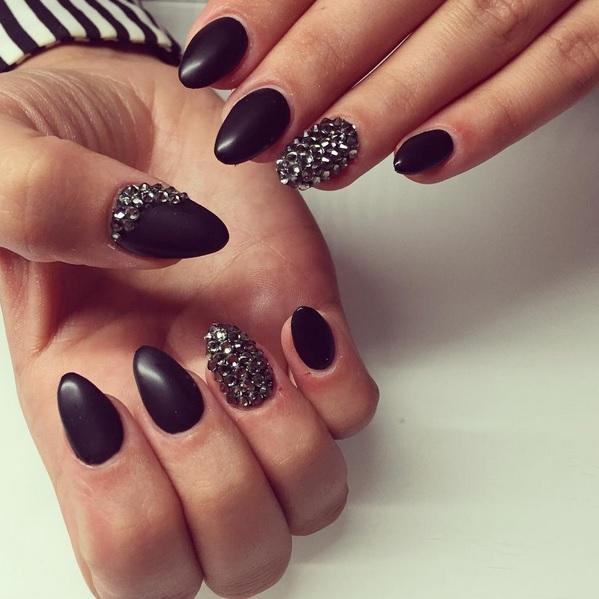 nail art noir mat