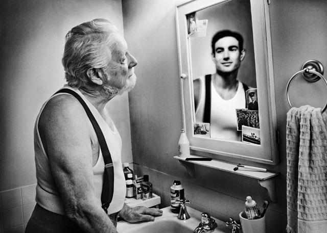 personnes-agees-se-regardent-dans-un-miroir-1