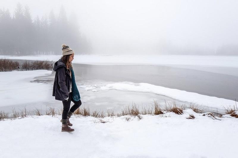 faire-une-promenade-hiver-neige-femme