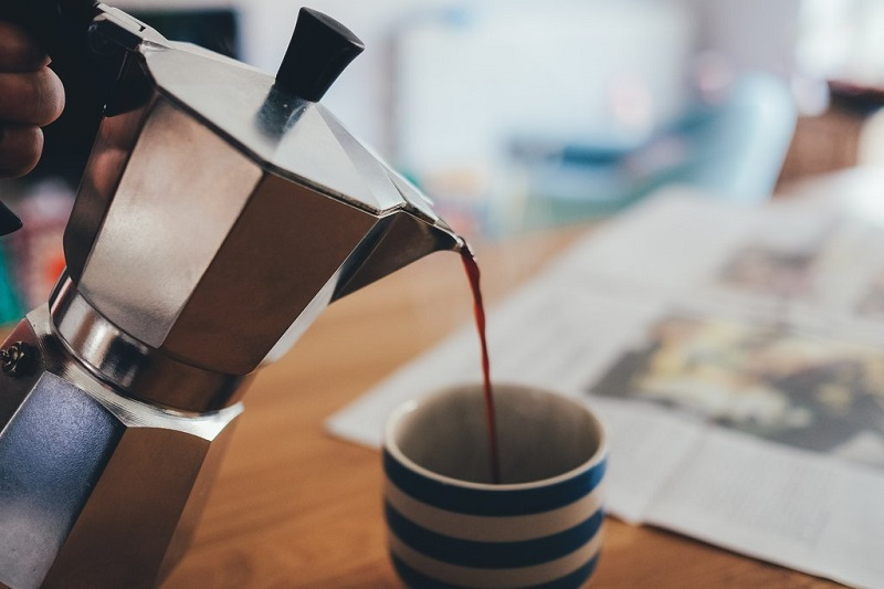 premiere-gorgee-de-cafe-le-matin