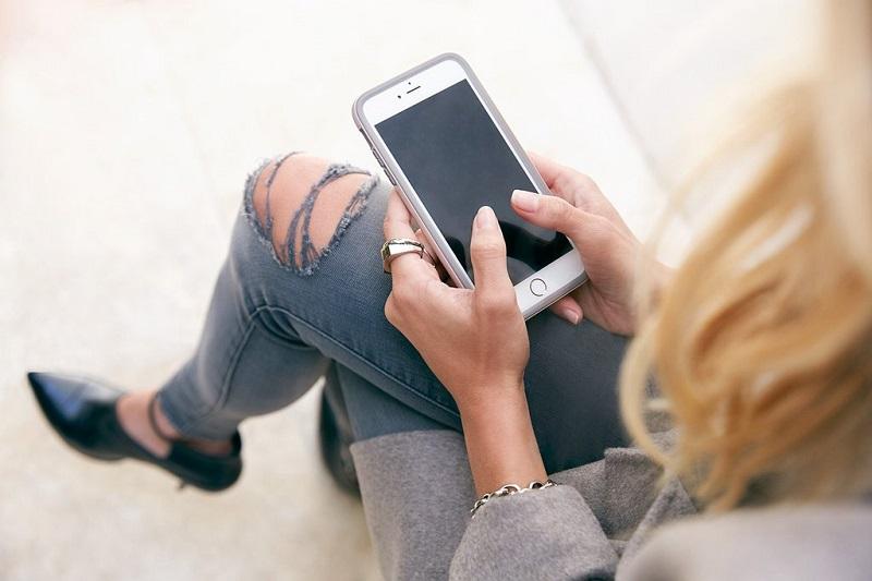 iphone-femme-jean-troue-location-smartphone-louer