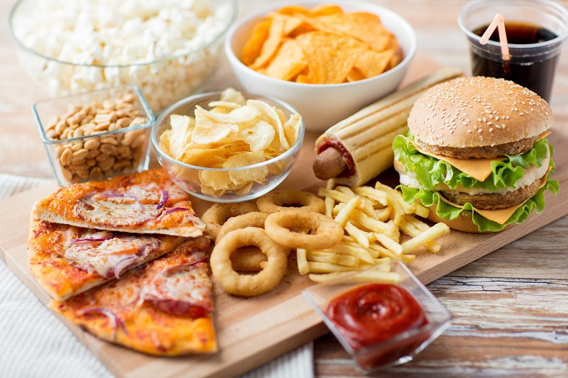 aliments-industriels-fast-food-junk-food-pizza-cacahuetes-chips-sauce-ketchup-pop-corn-hamburger
