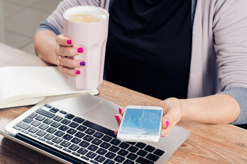 femme-bureau-ordinateur