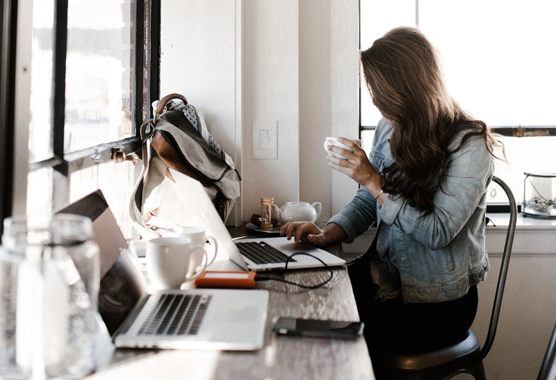 se-sentir-bien-au-bureau-travail-epanouissant-femme-ordinateur