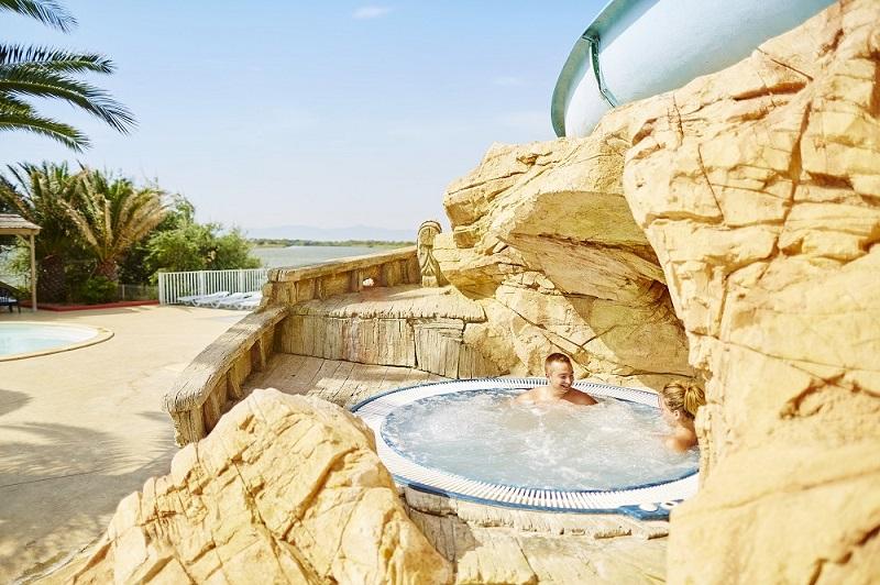 jacuzzi-famille-amis-lac-leucate-piscine-exterieure-camping-la-presquile-port-barcares-pyrenees-orientales-cybele-vacances