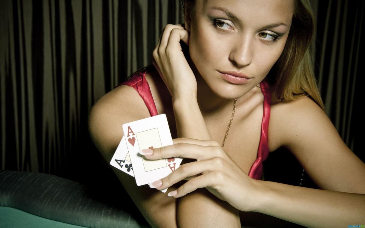 femme-qui-joue-aux-cartes-casino