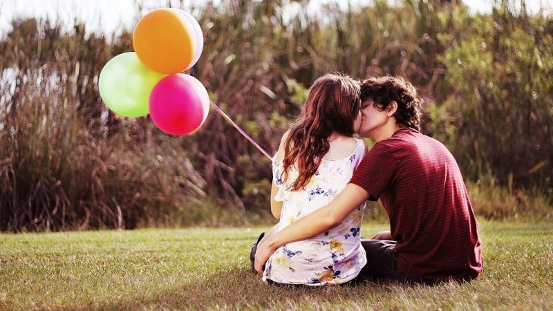 couple-amoureux-discuter-echanger-passer-du-temps-ensemble