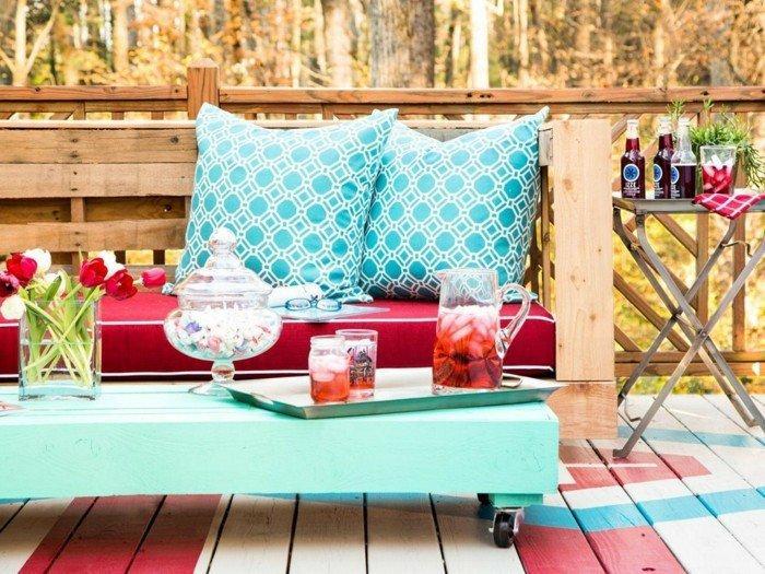 chaises-et-table-de-jardin-colores