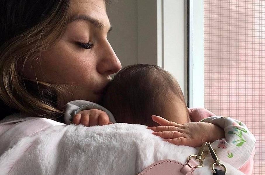 maman-qui-fait-un-calin-a-son-bebe