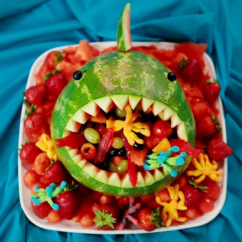 pasteque-decoupee-en-forme-de-requin-dessert