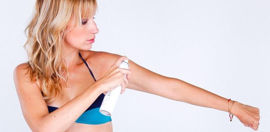 femme-qui-applique-de-l-autobronzant-sur-son-bras