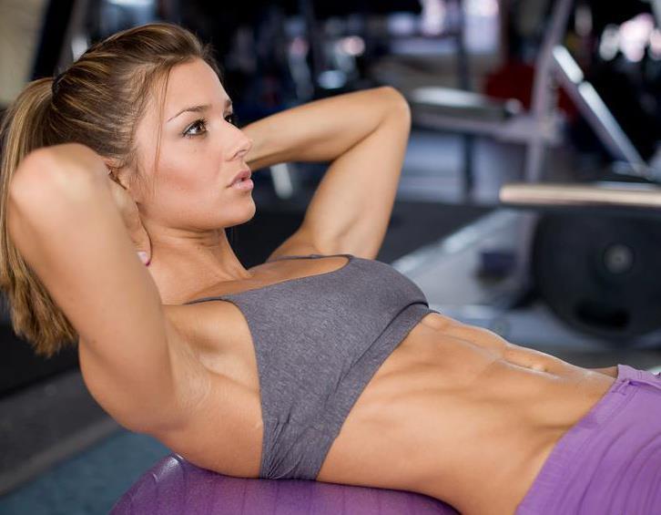 femme-qui-fait-des-abdos-comment-se-muscler-le-ventre