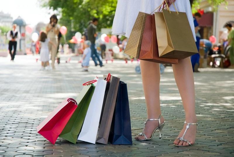 femme-qui-fait-les-soldes-sacs-shopping