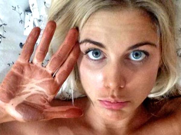 femme-traces-autobronzant-sur-les-mains