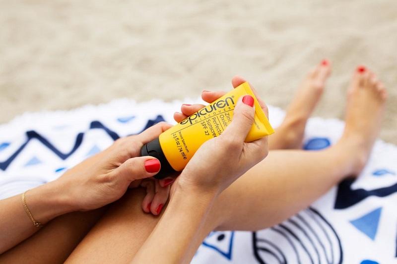 mettre-de-l-autobronzant-femme-sur-sa-serviette-plage