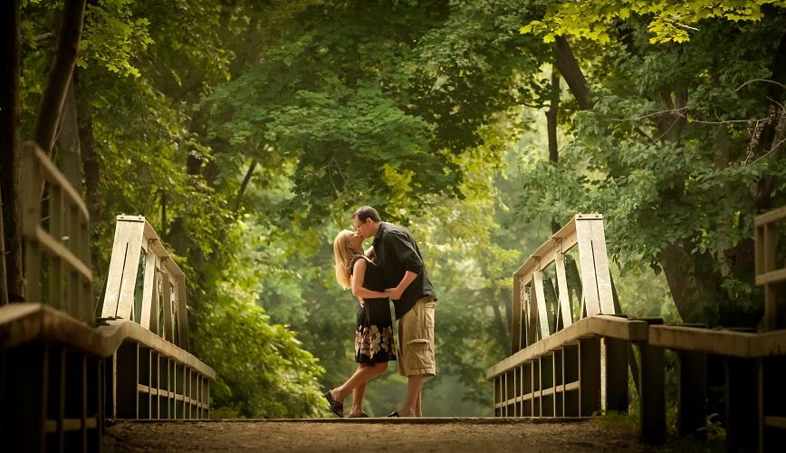 promenade-romantique-en-amoureux-sur-un-pont-foret