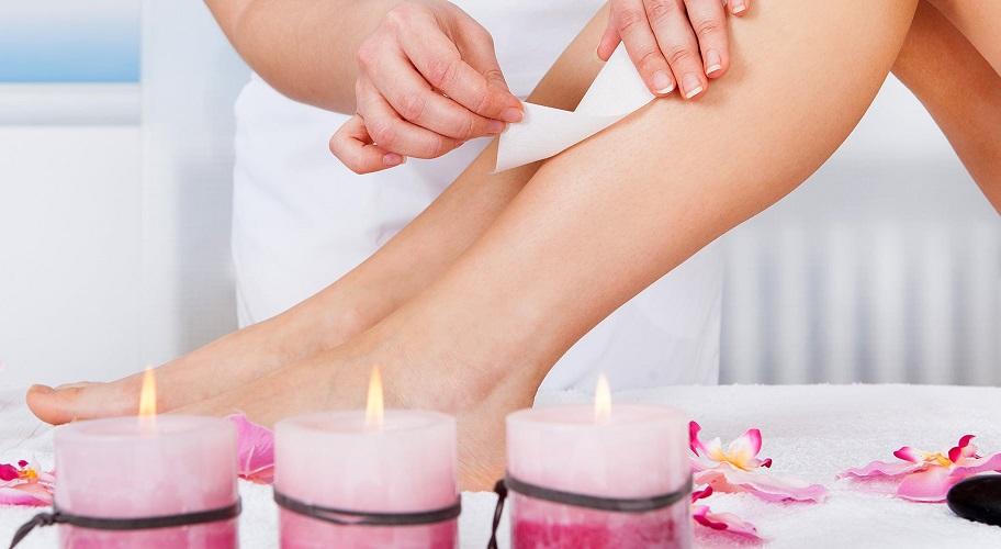 epilation-bandes-de-cire-sur-les-jambes-femme