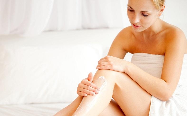 femme-creme-sur-les-jambes-apres-l-epilation