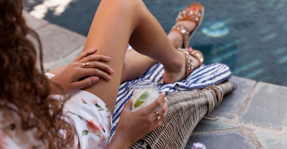 femme-jambes-epilees-au-bord-de-la-piscine-s-epiler-a-l-epilateur-avantages