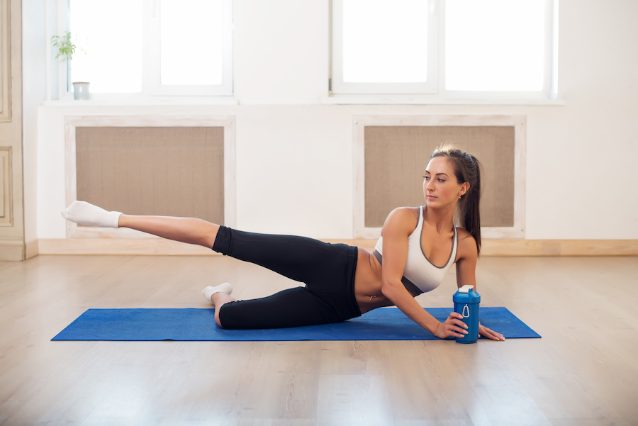 femme-se-muscler-les-cuisses-lever-de-jambe-fitness-exercice