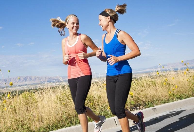 femmes-courir-entre-amies-a-deux